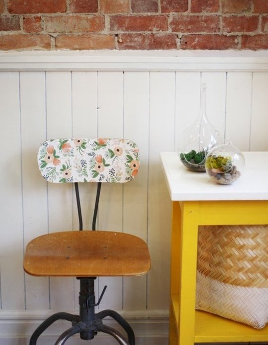 Sillas con papel pintado. Tutorial aquí: http://goo.gl/xVb6NP