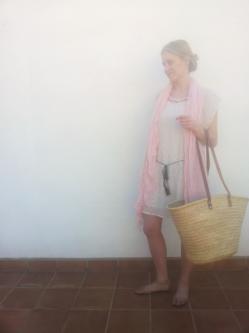 Vestido (antes 74,90€ --> ahora 52,43€) Pañuelo (antes 20€ --> ahora 16€) Capazo (antes 32€ --> ahora 25,6€). Look completo: http://goo.gl/bIjJeL